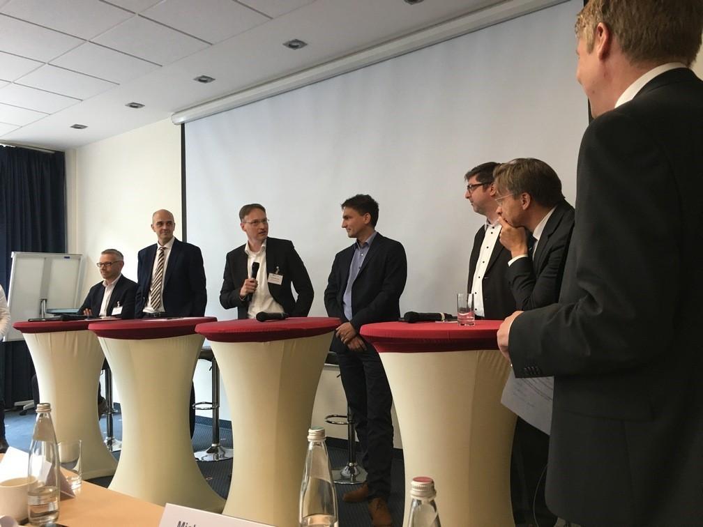 Auf dem Bild von links nach rechts: Lars Drückhammer (blau direkt), Oliver Kieper (Netfonds), André Männicke (Smart InsurTech), Marc Rindermann (Acturis Deutschland), Matthias Brauch (Softfair), Hartmut Goebel (BDVM) und Henning Plagemann (dvb)